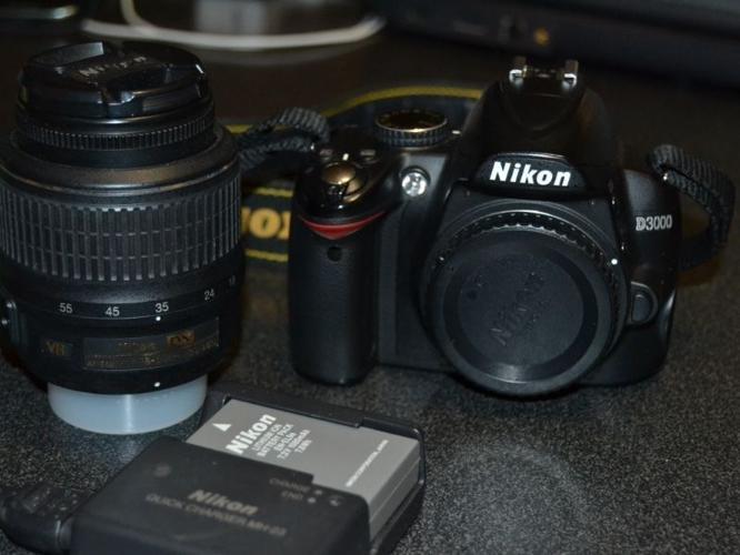 Nikon D3000 DSLR and lens for sale