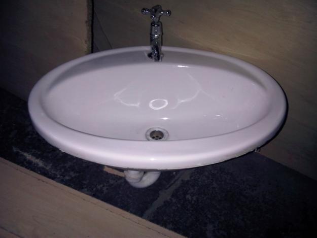 Porcelain hand basin with fitted tap, in excellent