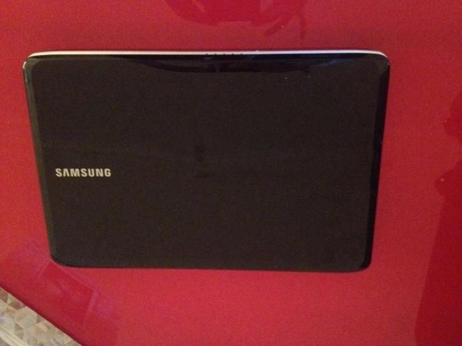 Samsung Laptop in MINT CONDITION with laptop bag!