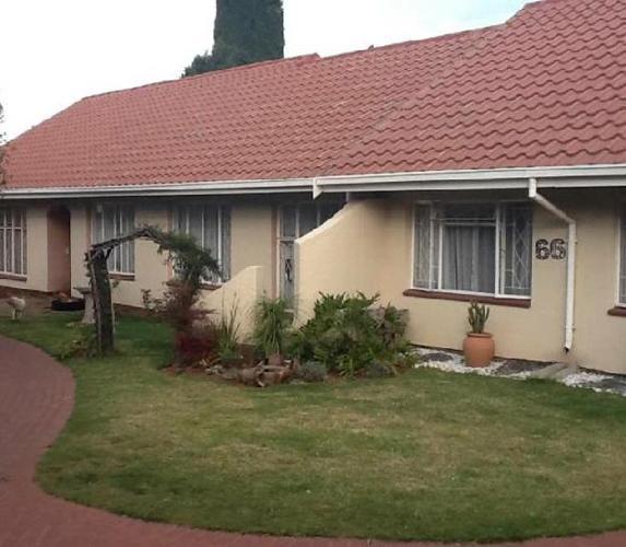 This familay home has a spacious garden .. - House To