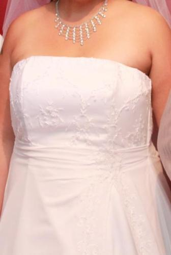 wedding dress with veil for sale (PRICE NEGOTIABLE)