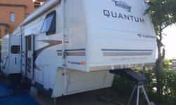 2005 fifth wheel caravan with three slide outs two