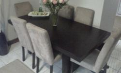 Beskrywing This dining room table is brand new! The