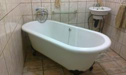 Ball and claw bath for sale. in very good condition.