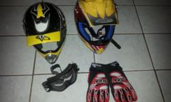 X,XL,XXL (3 Helmets) with 1 pair of glasses and gloves.