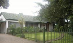 Beskrywing Large property, fully walled,4 Bedrooms, 2