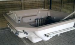 Beskrywing 12 SEATER JACUZZI. FULL OPERATIONAL