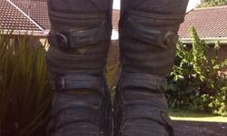 Hi im selling my oniel boots. They are in fair