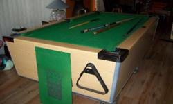 Beskrywing Slat top United Pool table. Not coin