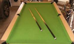 Beskrywing Pool Table - With Balls, Cues, Triangle Pool