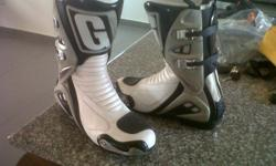 Hi i got a pair of Gaerne superbike boots (size 8)