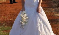 Beskrywing Wedding dress size 10 including 2 vales and