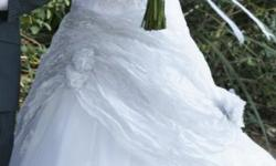 Beskrywing Beautiful wedding dress for sale. Worn once.