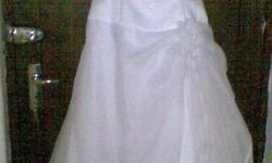 Beskrywing White Wedding Dress for rental. Size 34. To