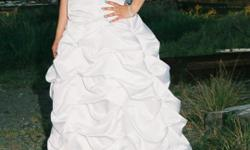 Beskrywing Wedding dress size 36-38 with dimonte's on