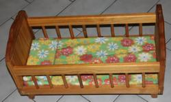 Beskrywing Wooden baby doll cot, sturdy and in very